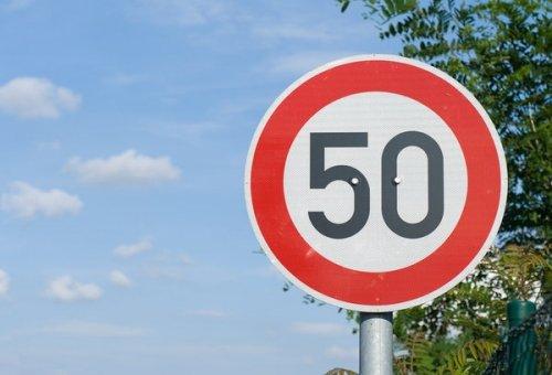 В населенных пунктах — скорость до 50 км/час